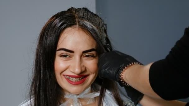 Női fodrász a szőr festése a szépségszalonban