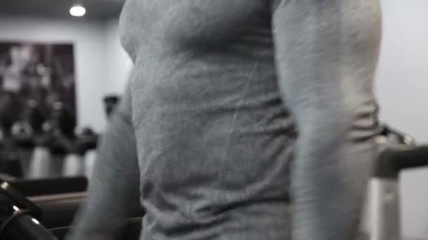 Muskulatur Bodybiulder macht Cardio auf Laufstrecke