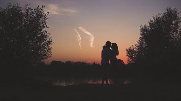 mladý pár v lásce mimo město v přírodě při západu slunce
