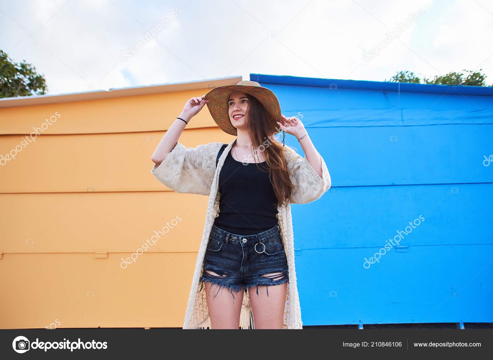 4249042fd78a Νέα Ελκυστική Γυναίκα Φοράει Μοντέρνα Ρούχα Σορτς Και Ψάθινο Καπέλο —  Φωτογραφία Αρχείου