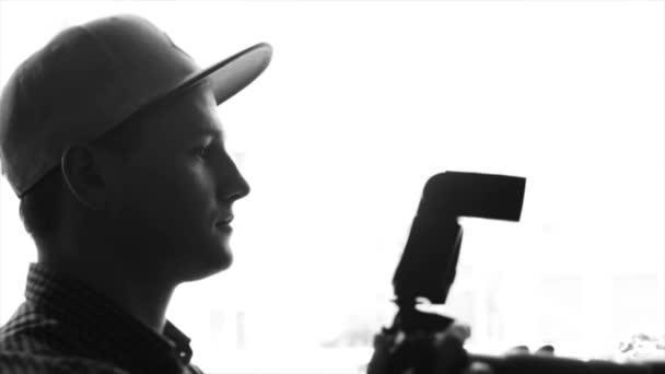 Junge männliche Fotografen fotografieren mit Profikamera