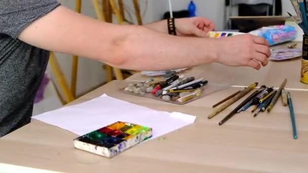Nástroje pro malování ležící na stole