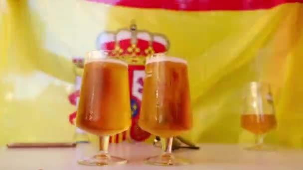 Hideg sör spanyol zászló a háttérben