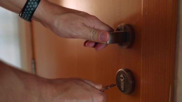 Detail mužských rukou klíčem zamknout dveře domů