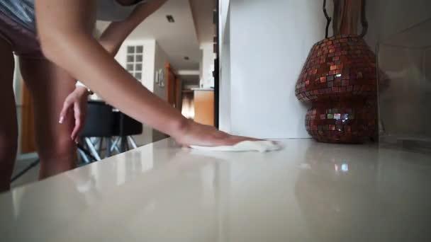 Junge attraktive Frau, die Reinigung der Oberfläche mit serviette