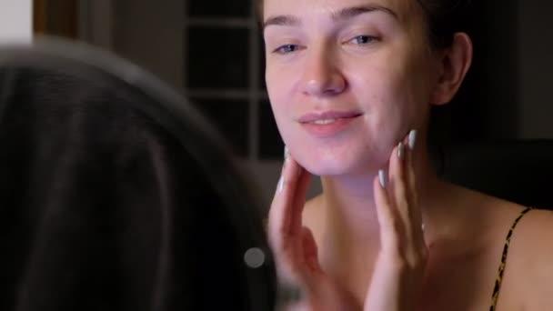 fiatal nő megható bőre