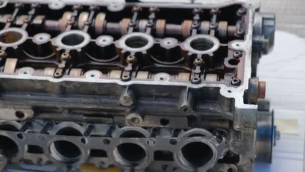 Közeli-megjelöl-ból kocsi szerelő zsíros kezek kijavít autó motor. Autójavítási Auto szolgáltatás.