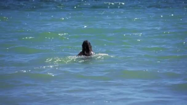 Brunetka se koupe rychle do chladné vody moře