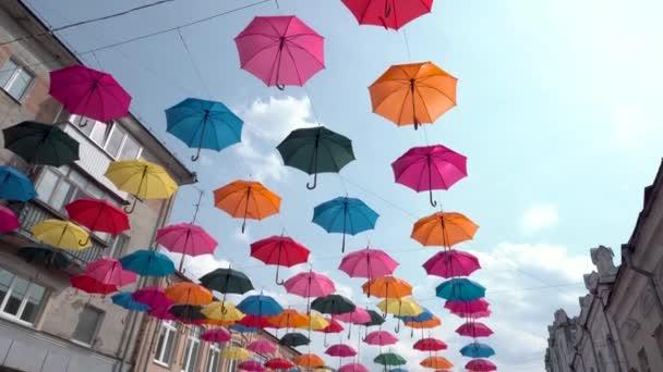 bunte Regenschirme Hintergrund in städtischen, Regenschirme in den Himmel, Straßendekoration
