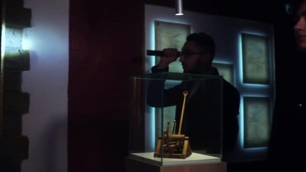 Zloději v noci muzeum se snaží ukrást Da Vinci mistrovská