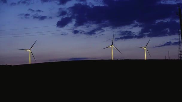 Několik větrných mlýnů během noci soumraku na obzoru větrná energie v poli