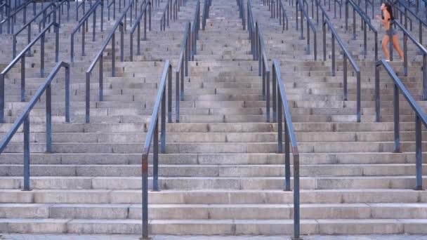 Běží žena venku běžet na schodech venku