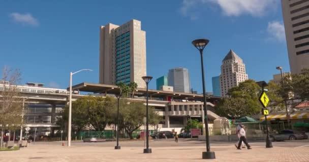 Miami, Florida-február 20, 2019: Urban TimeLapse az üzleti központ és a gyaloglás emberek