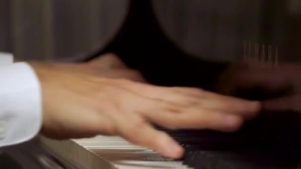 Miami, Florida-február 20, 2019: közeli kezét a játék zenész férfi