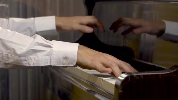 Közelről zongora ember kezében a szerződés teljesítése során