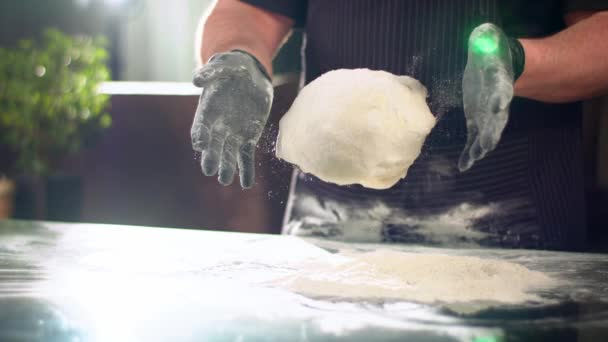 Zeitlupe in Großaufnahme: Köche lassen Teig in Mehl fallen