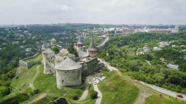 Ripresa aerea del castello e borgo medievale. Colpo di drone
