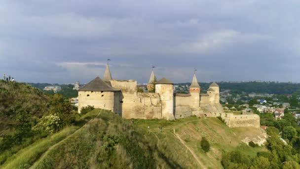 Vzestupné letecký snímek Evropské hradu. Opevnění na Ukrajině.