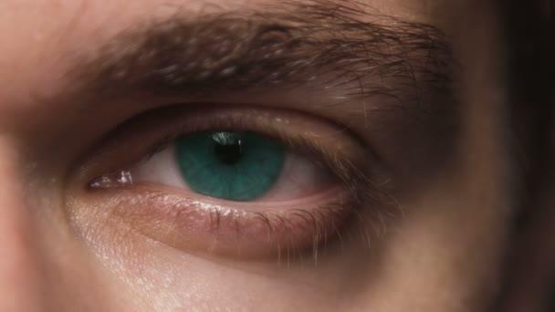 Zavřete makro záběr blikající oko člověka. Modré oko míč s kontaktními čočkami