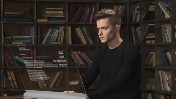Mladí kavkazské programátor pracuje s java kódu na transparentní sklo. Programový kód analized umělé inteligence. Obrazovka rozšířená realita