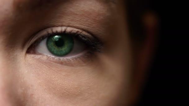 Pohybující se samice zelené oko. Otevření očí, hlavou zblízka. Krásná ženská tvář.