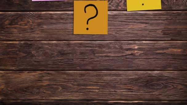 Öntapadó jegyzetek kérdőjelekkel. Felmérés, animáció.