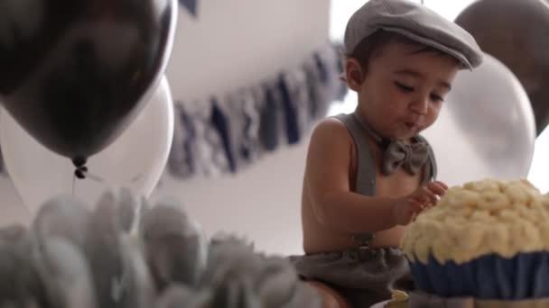 Kojenecká chlapci první narozeninový dort rozbít roztomilé dítě báječný dort