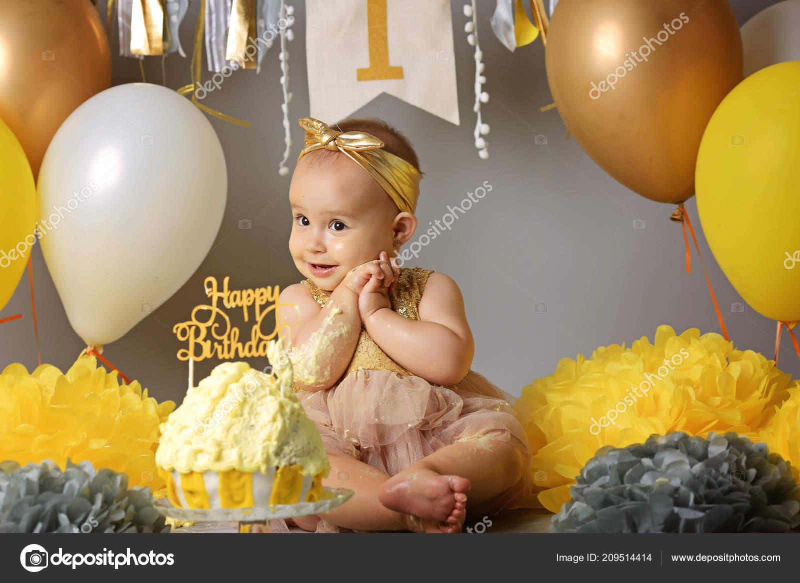 Piccolo bambino festeggia il suo primo compleanno, davanti a lui