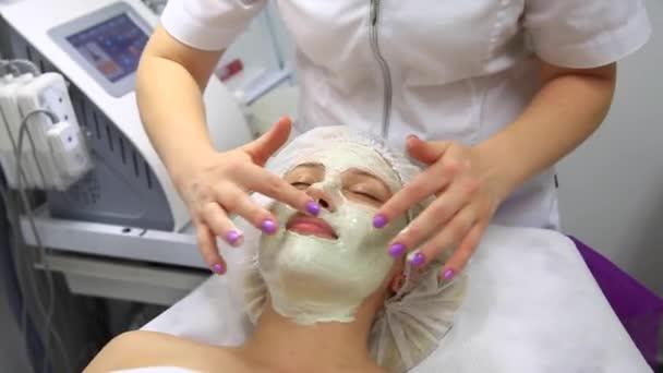 Obličej, peeling, maska, lázeňské kosmetické péče, péče o pleť. Žena Pleťová péče kosmetika spa salon, boční pohled, detail