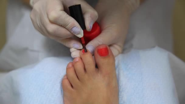 Podologie, lackieren ihre Nägel. roter Lack. Behandlungen Medizin Gesundheit. Fußpflege