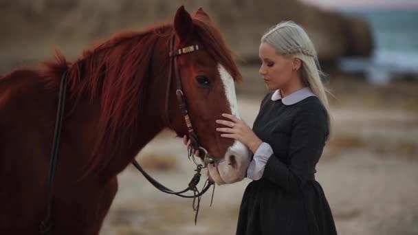 Szép fiatal lány pózol közelében ló retro stílusú ruha. Kültéri álló