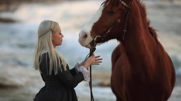 Dívka, starat se o svého koně, terapie s koňmi