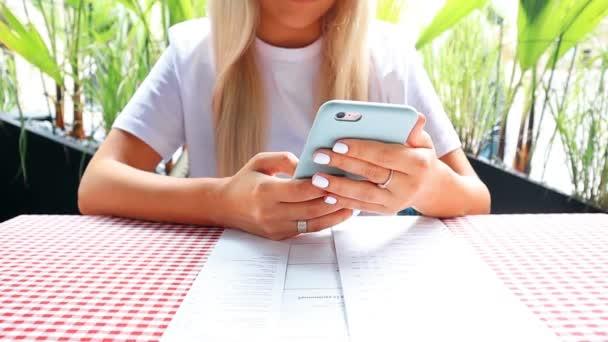 Nő dolgozik-ra mozgatható telefon-ban vendéglő