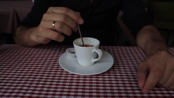 Vértes lövés egy felismerhetetlen ember készül egy csésze kávé