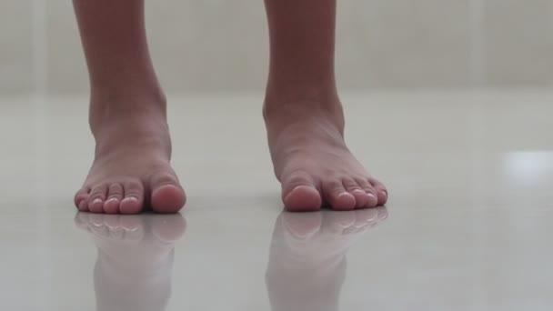 Tipo di piedi per bambini. I bambini sono a piedi nudi sul pavimento. Piano luminoso della stanza. Giorno destate