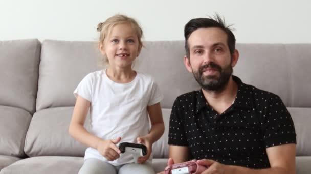 apa és lánya videojátékokkal játszanak