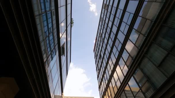 lehký vítr pohání velké bílé mraky přes modré nebe odráží v místní kancelářské konstrukce panoramatická okna čas vypršel