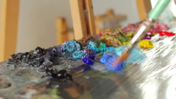 umělec probouzí štětcem před kresba malba