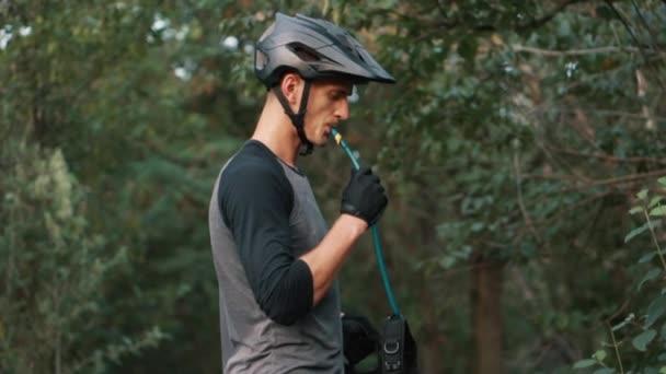 cyklista pití vody hadičkou