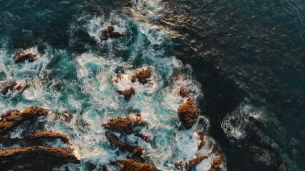 Óceán hullámai összeomlás elleni éles sziklák a parton, drone lövés