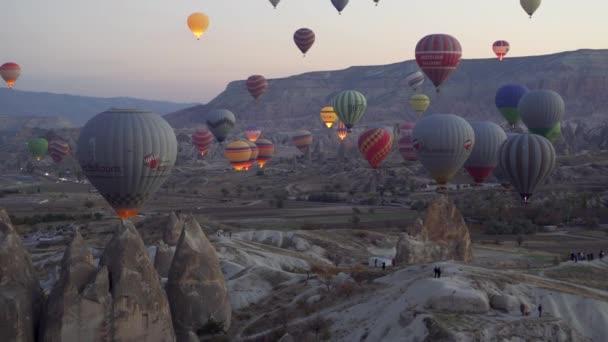 Goreme, Turecko-1. listopad 2018: barevné horké balónky létají přes skály