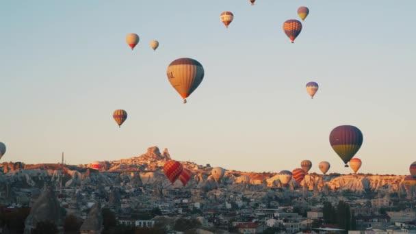 Goreme, Turecko-1, 2018: barevné horké balónky létají přes město