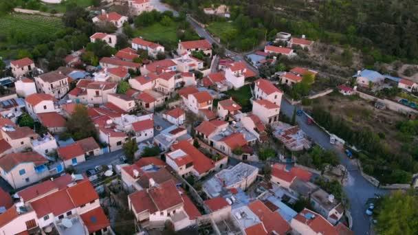 Střechy nad hlavou Tradiční autentická horská vesnice na Kypru