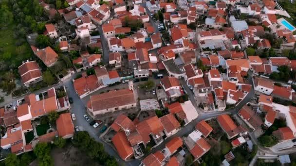 Létání nad červenými střechami autentické horské vesničky na středním Kypru