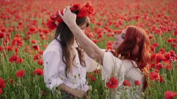 Mladá matka položí na dcery na hlavě věnec květů, zblízka