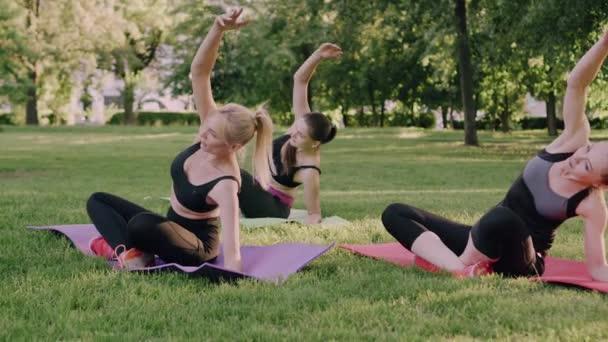 Frauengruppe beim Sport im Freien.