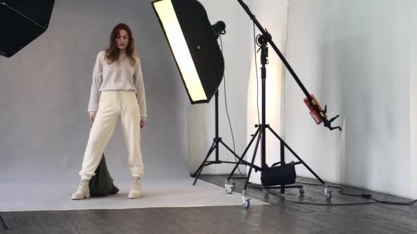 Weibliches Model posiert während Fotoshooting im Studio.