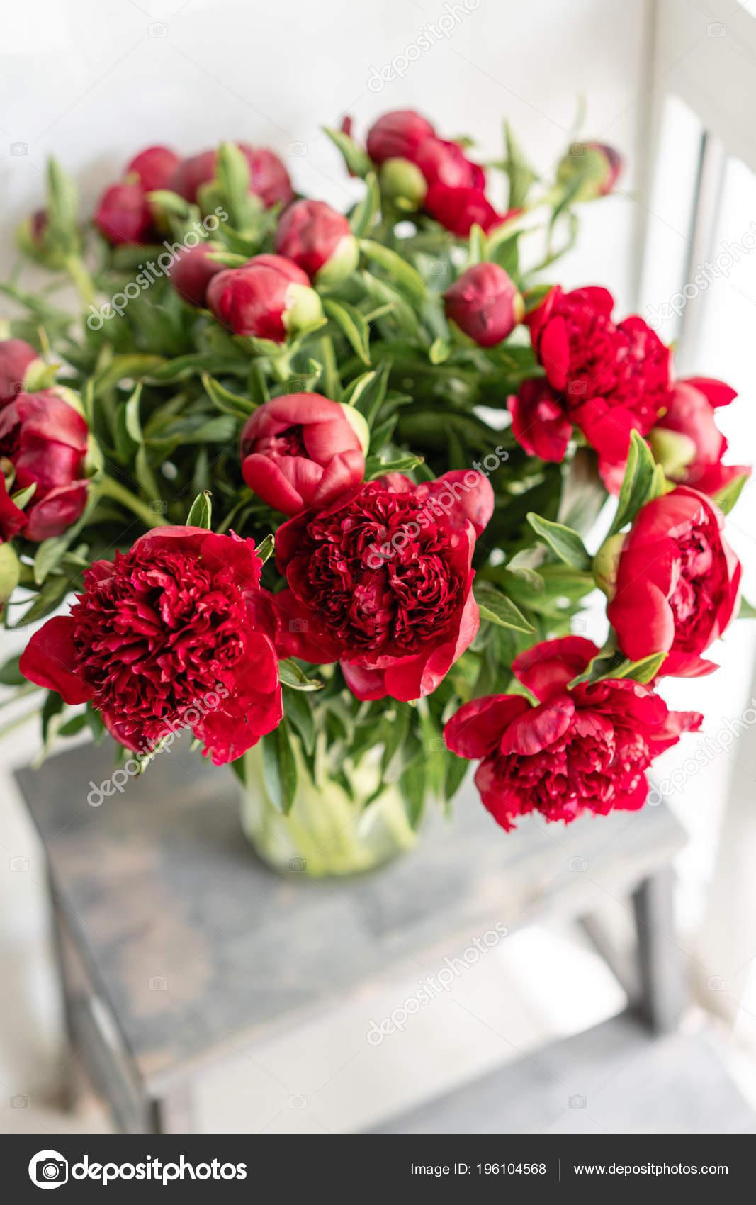 Cam Vazo Içinde Sunulan Güzel çiçekler Kırmızı Peonies Güzel Buket