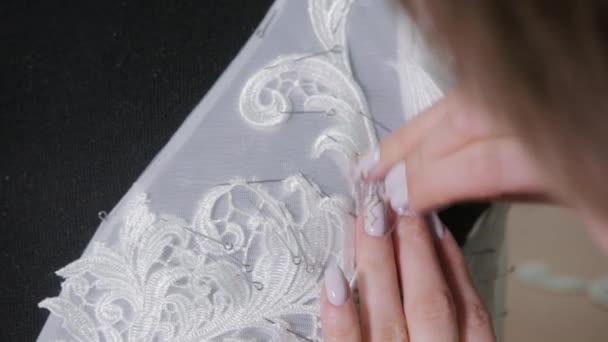 Nahaufnahme von Nadel und Faden, Muster Sticken. Ausrüstung für ...