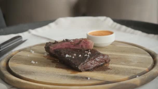 szezon borssal és sóval. Grillezés steak grill pan. A beefsteak egy konyha főzés. Friss, finom, fűszeres, lédús hús